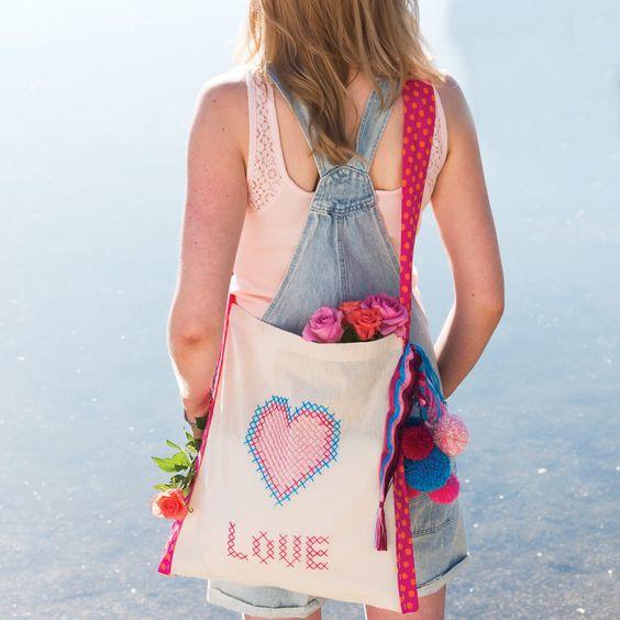 """Die coole """"Love Heart"""" – Tasche von Anchor Style it ist ein treuer Begleiter auf Festivals sowie im Alltag. Das Kreuzstichmotiv und die Makramee-Technik machen diese Tasche besonders und individuell. Designer: Amanda Jane Butler Das PDF mit der Anleitung, Vorlagen … mehr"""