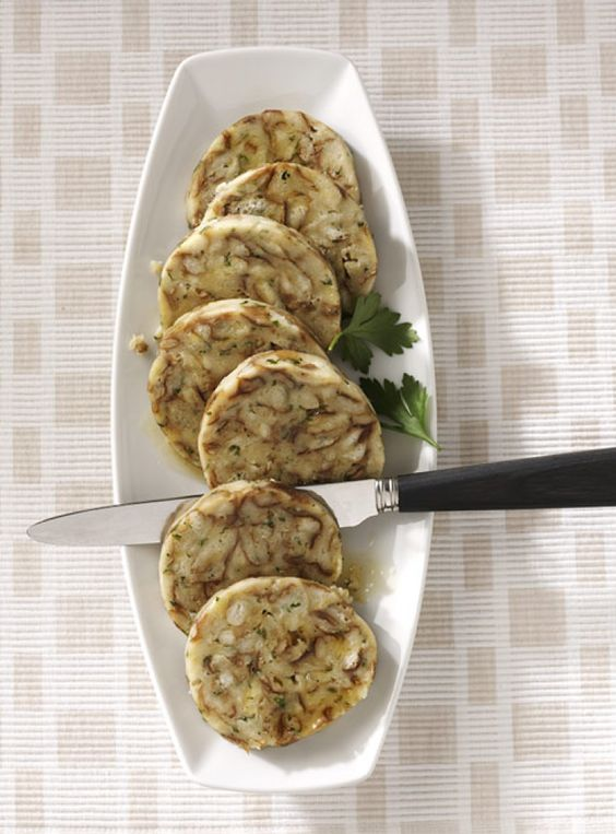 Rezept für Laugen-Serviettenknödel bei Essen und Trinken. Ein Rezept für 4 Personen. Und weitere Rezepte in den Kategorien Brot / Brötchen / Toast, Eier, Gemüse, Kräuter, Milch + Milchprodukte, Beilage, Dünsten, Kochen, Österreichisch.