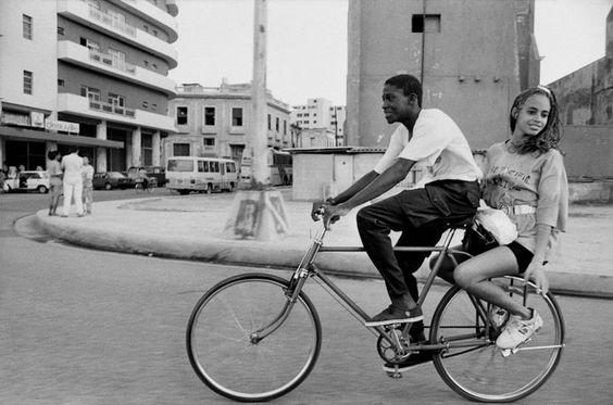 A couple on their way to the sea, Havana, Cuba in a Rene Burri photo from 1993 published in Zeit Magazin.