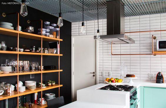 02-decoracao-cozinha-parede-preta-estante-canos-cobre
