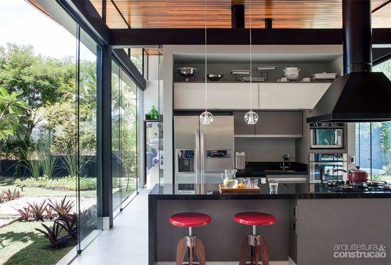 Cozinha moderna com paredes de vidro