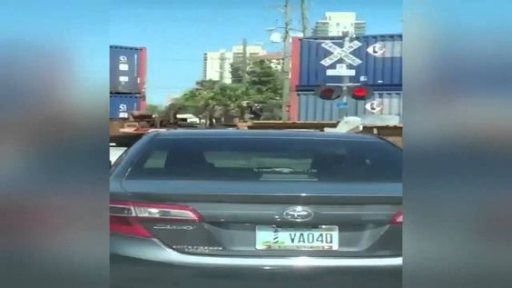 (Video) - Jimmy Johns Delivery Bicyclist jumps a moving train
