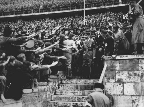 Ликующая толпа приветствует Адольфа Гитлера во время его прибытия на Олимпийский стадион. Берлин, Германия, август 1936 года.