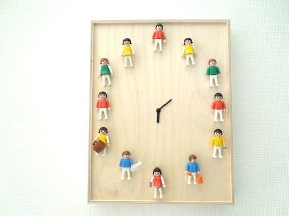 Reciclar juguetes, reloj con playmobil