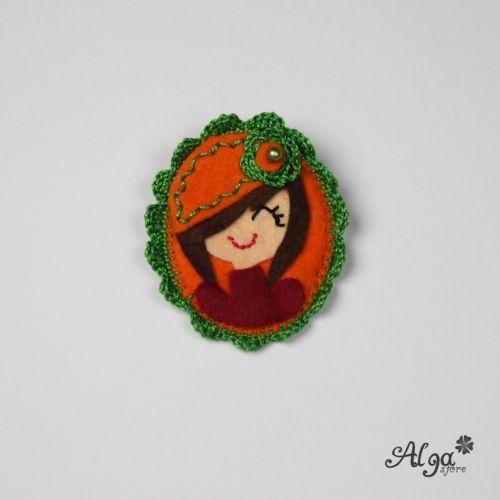 Brož portrét brunetka/Portrait girl with baret