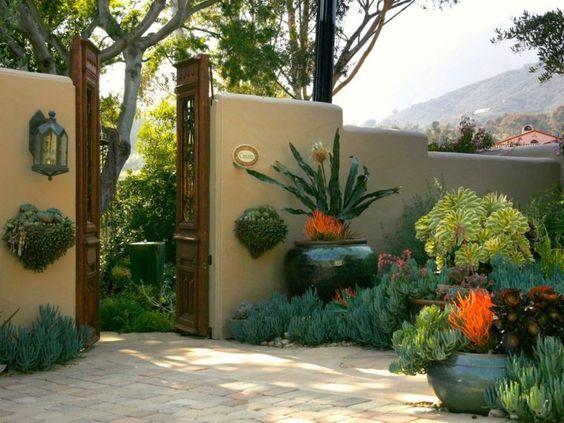 mur de clôture décoré avec des plantes exotiques
