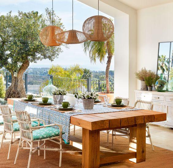 En el porche Mesa y sillas de La Albaida. Vajilla de Casa y Campo. Alfombra de Fernando Moreno.: