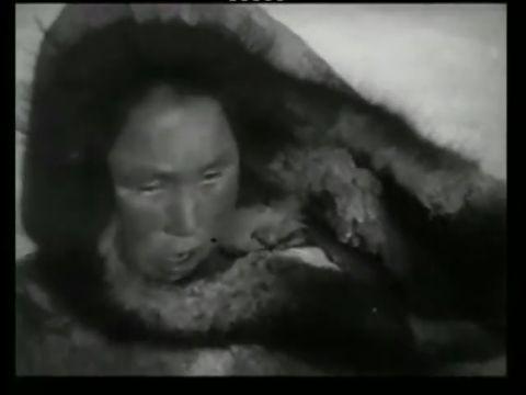 Nanuk, el esquimal. Nanook of the North. 1922. Película completa.  Aclamadísimo documental, pionero y modelo, que narra las duras condiciones de vida de una familia esquimal del ártico. La detallada realidad de esta raza, que vive en medio de un clima casi imposible para el resto de los humanos, es lo que plasmó el antropólogo, explorador y cartógrafo Robert J. Flaherty cuando fue a rodar la cotidianeidad del esquimal Nanook y de su familia, en la Hudson Bay (Bahía de Hudson) -Canadá-, a...
