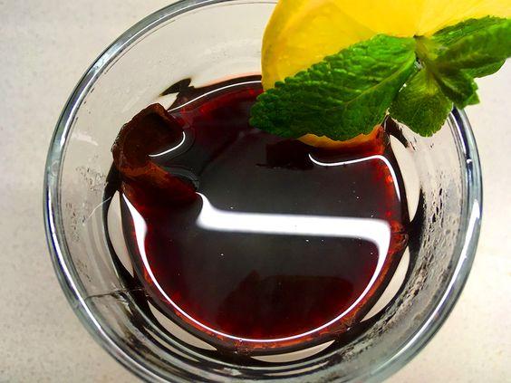 Готовый глинтвейн в бокале с лимоном, мятой и палочкой корицы. Фото: Evgenia Shveda