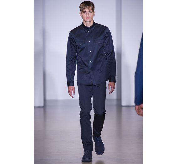 Le défilé Calvin Klein Collection printemps-été 2014 http://www.vogue.fr/vogue-hommes/mode/diaporama/tendances-homme-printemps-ete-2014-pantone-bleu/18934/image/1004233