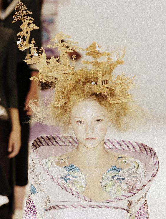 Gemma Ward at Alexander McQueen Spring/Summer 2005  Look closely at the magical hair style