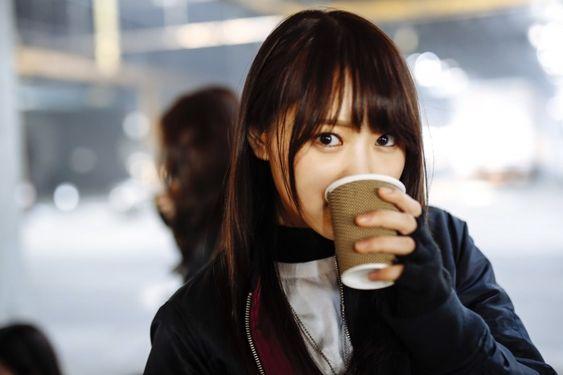 紙コップを持つ菅井友香