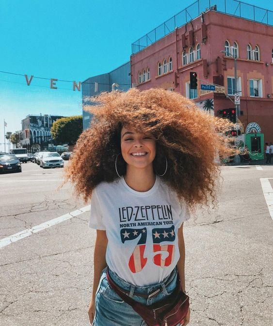 Camiseta vintage: 20 looks com a peça cool do momento (TENDÊNCIA!)
