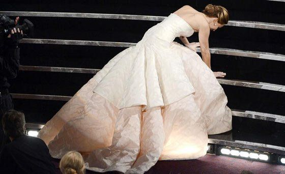 Jennifer Lawrence Funny Falls at Oscars Will Make You Laugh -02