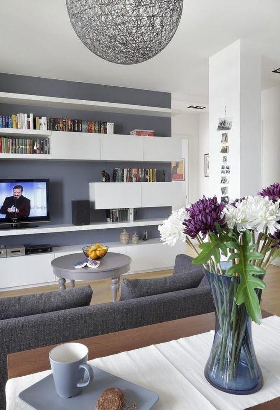 ideen wohnzimmer streichen graue wandfarbe weiße regale modern