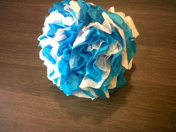 Pompón de papel de seda blanco y azul
