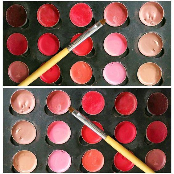 Eligiendo el color del labial para la presentadora  #makeupartist #makeup #makeupaddict #makeupjunkie #mua #maquillaje #maquillajeprofesional #lipstick #labial #cosmetics #art #picoftheday #photooftheday #instagood #instamood #instalike #instagram #adrianarebollomakeup #amazing #love #good #work #trabajo by adrianarp9