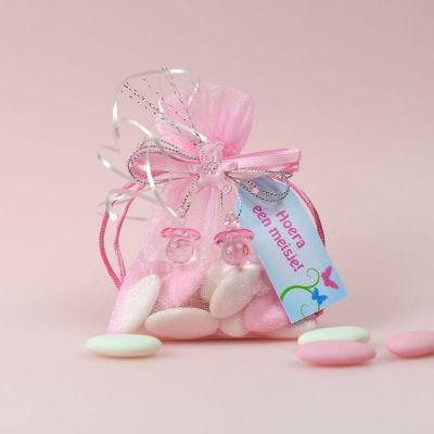 Organzazakjes gevuld met witte en roze chocolade dragees