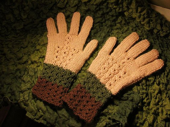Ravelry: Guantes en dos agujas pattern by Esperanza Rosas http://www.ravelry.com/patterns/library/guantes-en-dos-agujas