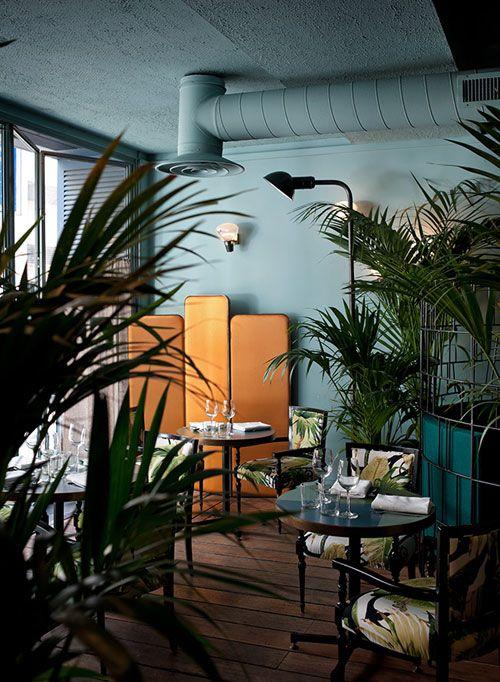 J'adore : l'association des couleurs (acajou et vert d'eau), les plantes, les textiles aux motifs tropicaux.  Le Caffè Brulot - Thierry Costes - Dimore Studio http://www.dimorestudio.eu/: