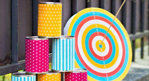 En plus d'accompagner parfaitement une déco de table colorée, façon kermesse ou fête foraine, les jeux de fléchettes et de « chamboule-tout » occupent très bien les enfants. Particulièrement simples à réaliser, ces petits jeux relèvent de l'atout idéal pour un repas un peu festif avec les petits. Fournitures GABARIT-CIBLE-MIN1 Pack de boites de conserves vides (au moins six) 1 Disque en polystyrène de 30 cm de diamètre (un par cible) 1 Gabarit cible par disque (cliquer sur la miniature pour…