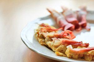 Omlet z szynką - Przepis na klasyczny omlet z szynką | Exotic breakfast - omlet with ham and mango http://www.codogara.pl/8279/omlet-z-szynka/