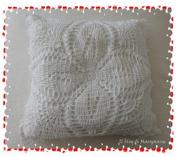 Cuscino in cotone bianco con applicazione all'uncinetto fatto a mano. ilblogdimaryanne@libero.it