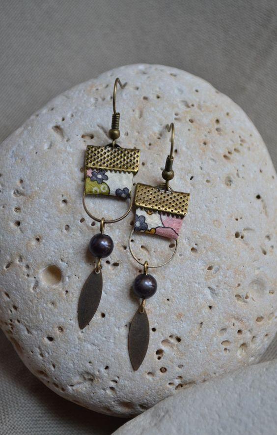 Boucles d'oreilles avec tissu beige et anneaux bronze : Boucles d'oreille par libelula-crea: