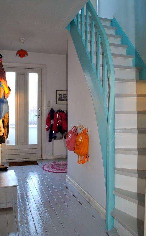 Entr e plancher peint escalier turquoise id es d co for Papier peint entree escalier