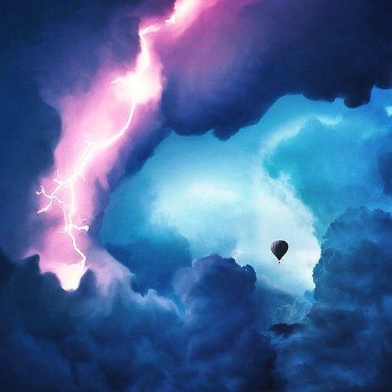 """""""Eu amo tempestades. O assobio do vento, o boom do trovão, a luz que ilumina o céu. Por quê? Por causa do caos. Porque às vezes nesta vida marcada só precisamos do mundo para nos lembrar que nem tudo é perfeito. Às vezes, a natureza não pode lidar com a pressão. Às vezes, o céu explode."""" Robert Jahns"""