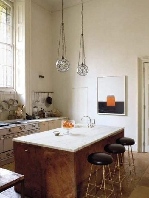 Ruime keuken met keukeneiland van hout met een werkblad van marmer ...