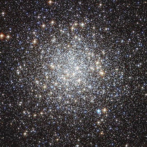 Aglomerado de estrelas Messier 9 que fica na constelação de Ofiúco.