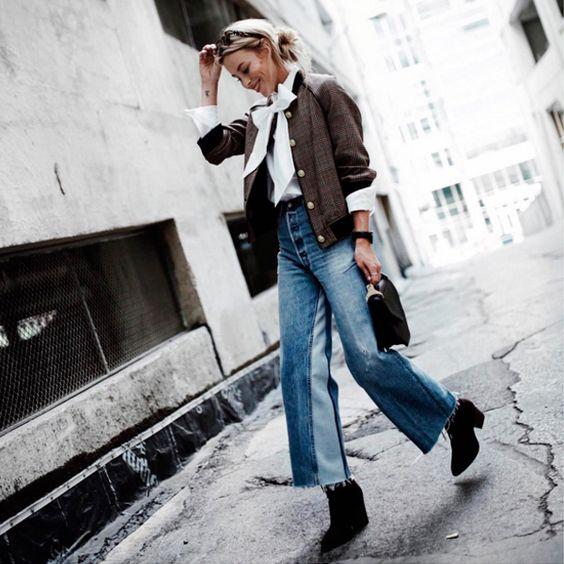 O duo romântico casaqueto + camisa vitoriana foi equilibrado pela calça jeans cropped, formando um bom jogo de contrastes.