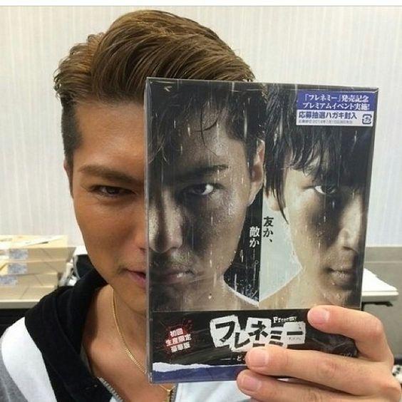 DVDを持って顔を半分隠しているEXILEのSHOKICHIの画像・壁紙