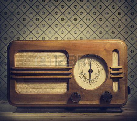 Antique Radio auf Retro Hintergrund Lizenzfreie Bilder