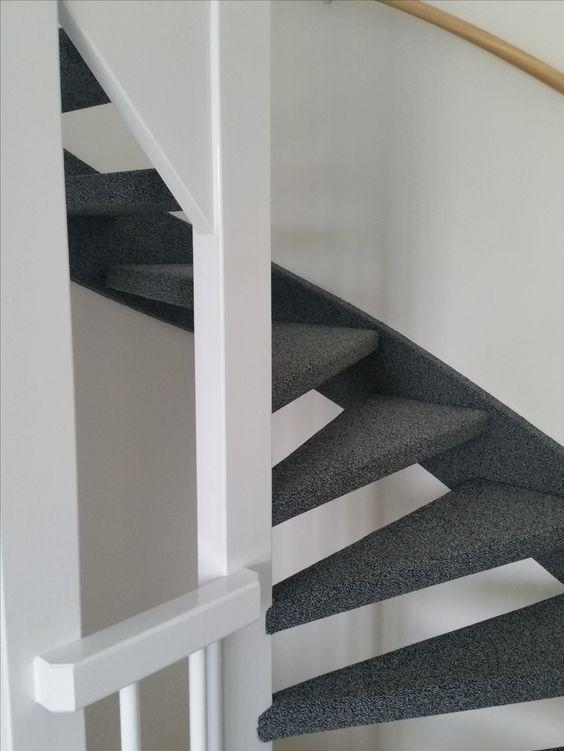 Open trap met zijkanten gestoffeerd met tapijt tapijt op trappen pinterest met - Deco woonkamer met trap ...