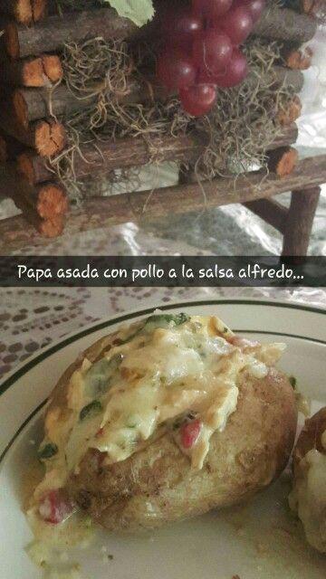 Papa asada, pollo en salsa alfredo y queso