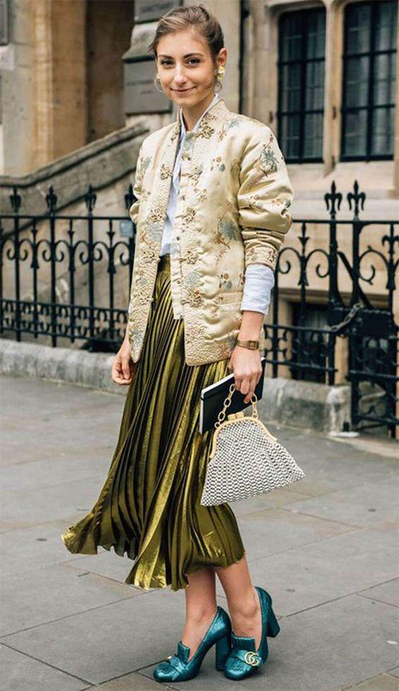 Street style look com saia midi, camisa, jaqueta bomber e sapatos metalizados