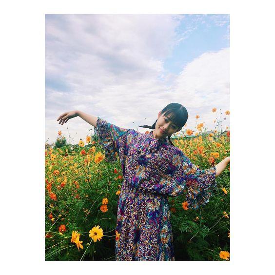花に囲まれる高畑充希