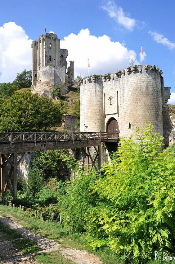 Le château de Lavardin se situe sur un promontoire rocheux qui domine la vallée…