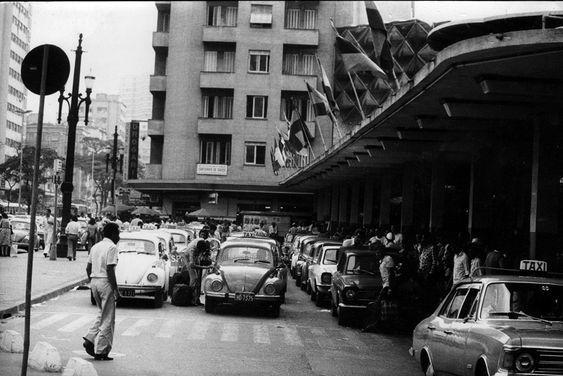 O caótico ponto de táxis das rodoviária na década de 70 (clique na foto para ampliar).