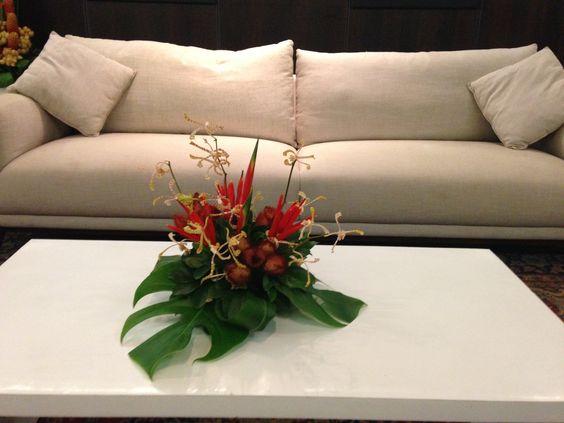 Arranjo central de flores tropicais.