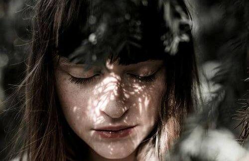 mujer-con-los-ojos-cerrados: