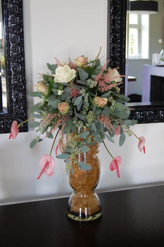Bruidsdecoratie - tafelstuk wit in wit, roze, goud. www.meesterlijkgroen.nl