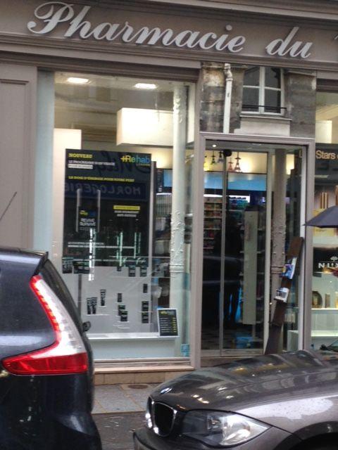 Vitrine parisienne au 26, rue du temple Paris 4e #pharmacie #paris #marais