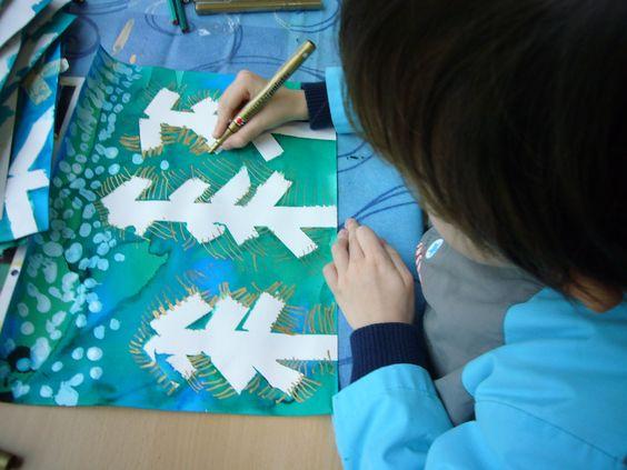 Ajouter la neige au coton tige et les épines des sapins au crayon doré.