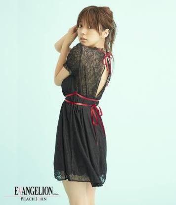 背中が開いたお洋服の池田エライザ