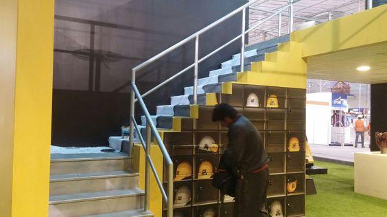 Escalera de acceso a segundo nivel. Ferreycorp