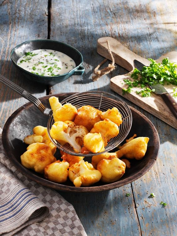 Blumenkohl im Parmesan-Bierteig mit Kerbeljoghurt | http://eatsmarter.de/rezepte/blumenkohl-im-parmesan-bierteig-mit-kerbeljoghurt