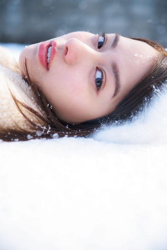 雪に寝転がる山本舞香